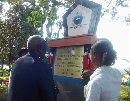 UoK Chancellor Prof.Richard Musangi Viewing Inscription The UoK Plaque.